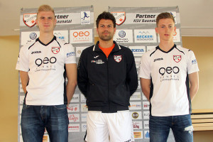 Trainer Tobias Nebe (Mitte) stellt Neuzugänge Felix Schäfer (links) und Maximilian Norwig (rechts) vor. Foto: printmedia agentur