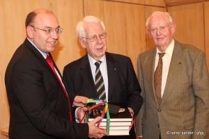 Bürgermeister Manfred Schaub, Prof. Dr. Karl Heinemeyer und Wilfried Volbers (v.l.)