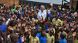 Reiner Meutsch bei Hilfsprojekt in Ruanda