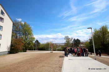 Der neue Fußweg von der Birkenallee zur Straßenbahnhaltestelle (Foto: Rainer Sander)
