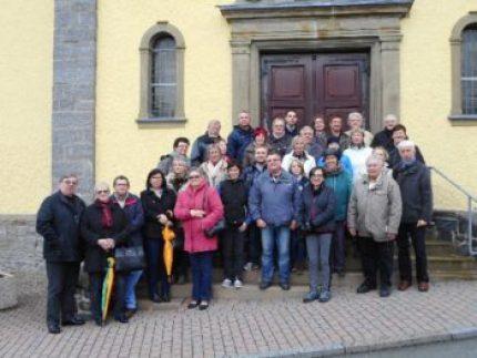 Die Gruppe mit Marsbergern und Lillerois während der Geschichtsführung von Ortsheimatpfleger Norbert Becker im historischen Padberg vor der St. Maria Magdalena Kirche