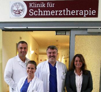 Das Team für die Schmerztherapie: (v.l.) Dr. Carsten Bismarck, Dr. Meike Werther (Assistenzärztin), Wolfgang Lorch (Chefarzt der Klinik für Anästhesie, Intensivmedizin, Schmerztherapie und Notfallmedizin), Tanja Adamovsky (Foto: Rainer Sander)