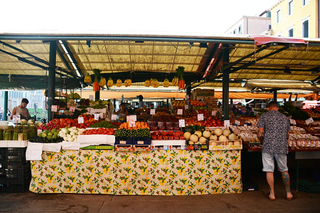 The Rialto mercato opens 7 in the morning