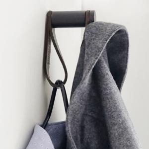 More hook er en flot sort egetræsknage med læderstrop praktisk og funktionelt