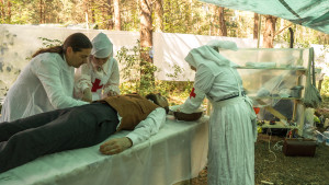 Konni in medic scene (play, Frida Aronsson).