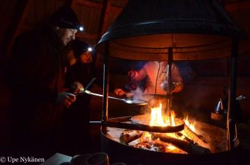 making-pancakes-open-fire-upenykanen