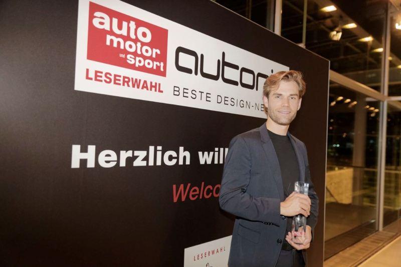 "Maximilian Missoni nimmet den ""autonis"" Award als beste Design-Neuheit 2018 engegen"