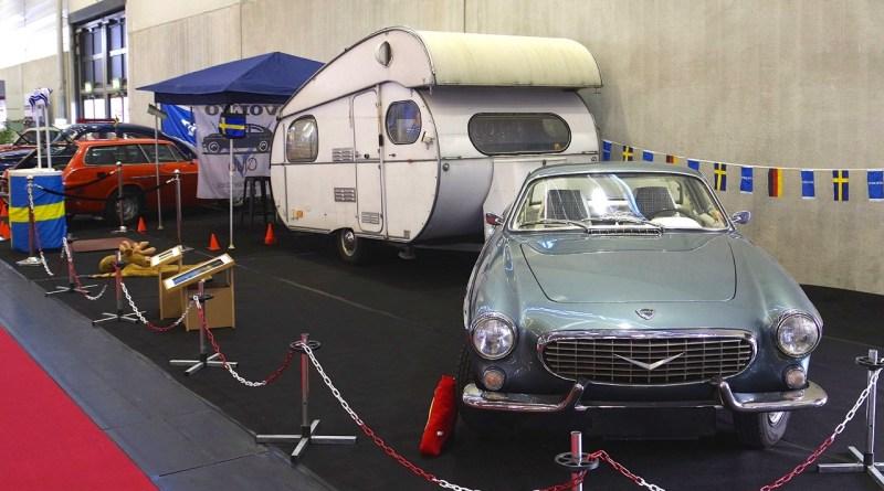 Volvo P1800 S mit Wohnwagen