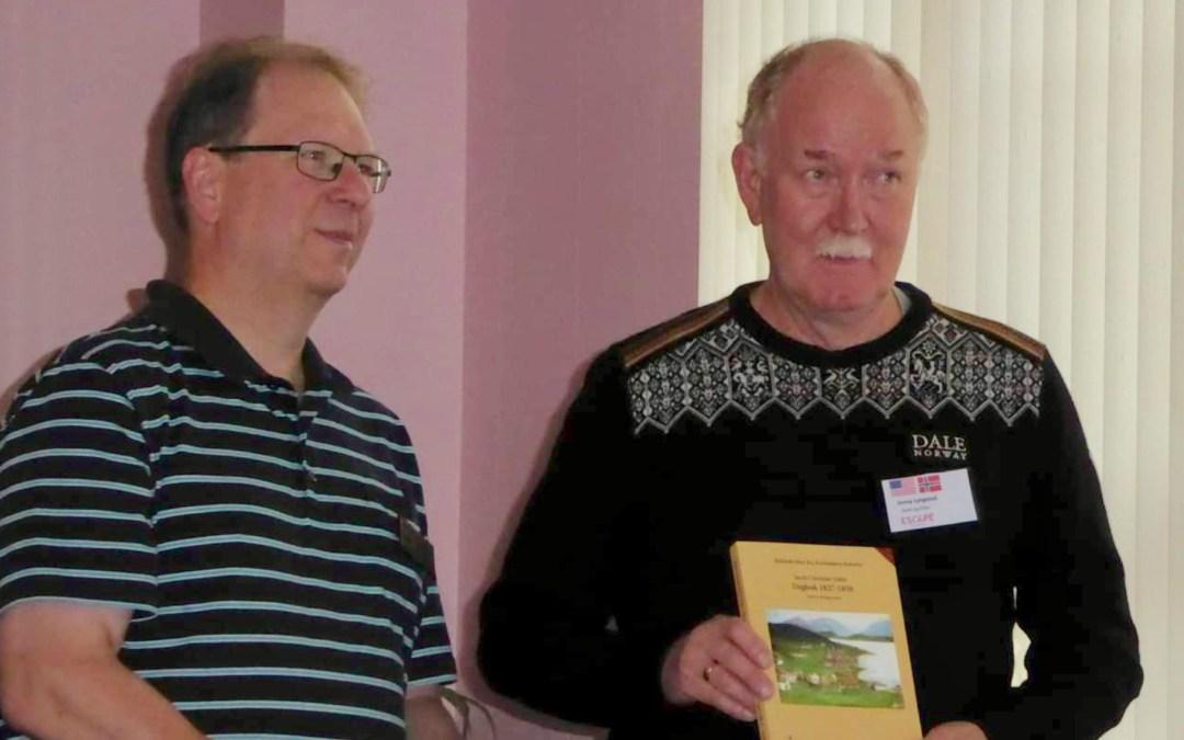 Slektsforsker Jonny Lyngstad overrekker bøker til Chester Fritz Library