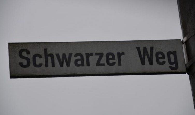 """Bahnübergang """"Schwarzer Weg"""" gesperrt"""