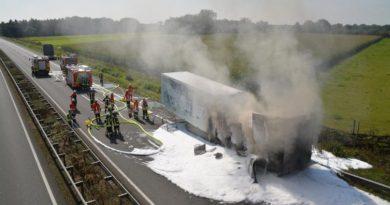Kühltransporter gerät auf Autobahn in Brand Foto: NordNews.de Übersicht