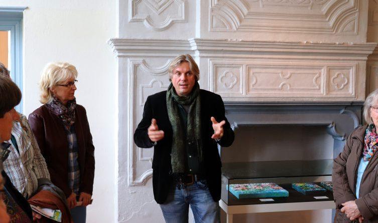 Ausstellungsjahr geht erfolgreich zu Ende - Der Künstler Ansgar Skiba führte am vergangenen Sonntag persönlich durch seine Ausstellung auf Gut Altenkamp. Foto: Stadt Papenburg