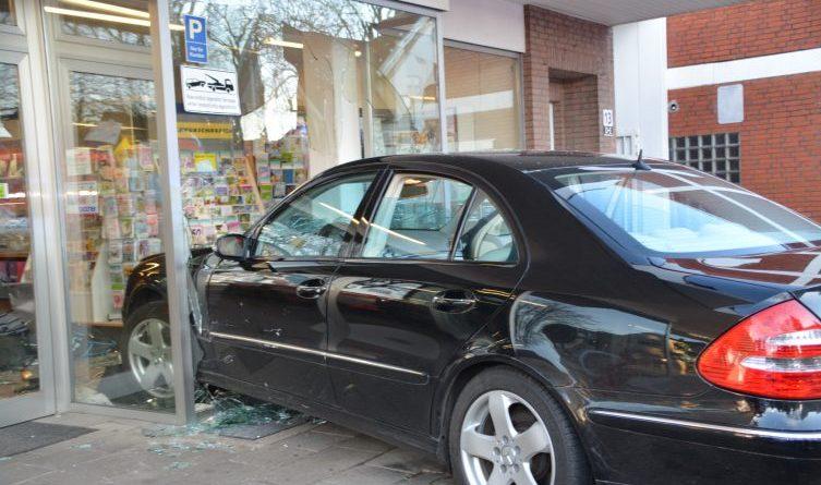 Haselünne - Auto fährt in Geschäft in der Kirchstrasse Foto: NordNews