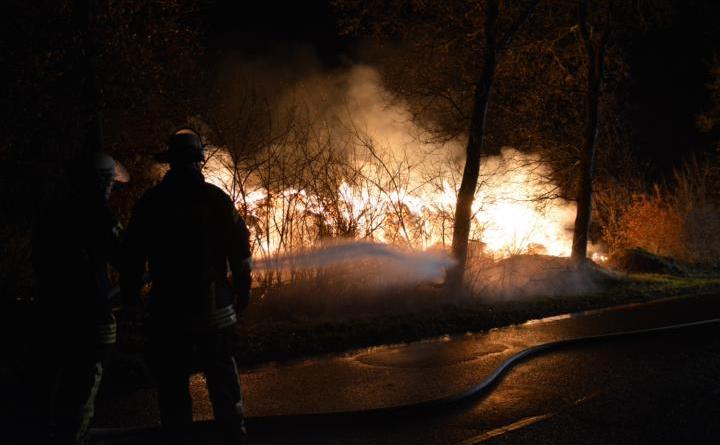 Aktuell Lichterloh brennen Strohballen in der Hollandstraße in Lohne Foto: NordNews.de