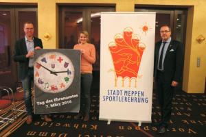 Stadt Meppen lädt zum Tag des Ehrenamtes - (v. l.) Christian Golkowski und Nadine Geers, Fachbereich Bildung, Familie, Jugend und Sport, und Bürgermeister Helmut Knurbein. Foto: Stadt Meppen