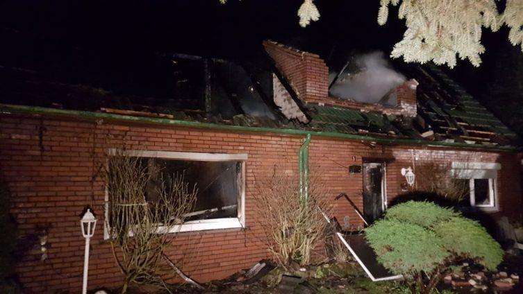 Aktuell: Wohnhausbrand in Werlte - Ostersoof - Wieste - unklar, ob Personen im Gebäude Foto: Torsten Albrecht