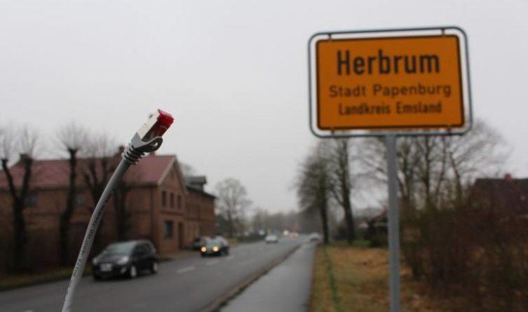 Breitbandausbau für Herbrum am Freitag vorgestellt - In Herbrum soll es bis Ende 2019 flächendeckend schnelles Internet geben. Die Ausbaupläne des Landkreises wurden nun vom städtischen IT-Leiter Mark Sievers im Ort vorgestellt. Foto: Rathaus Papenburg