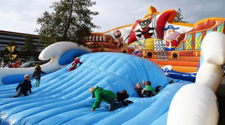 Auf den Emswiesen sind die Piraten los! - Riesenwelle und Piratenschiff sorgen auf den Emswiesen für Spaß bei den Kids. Foto: Stadt Haren
