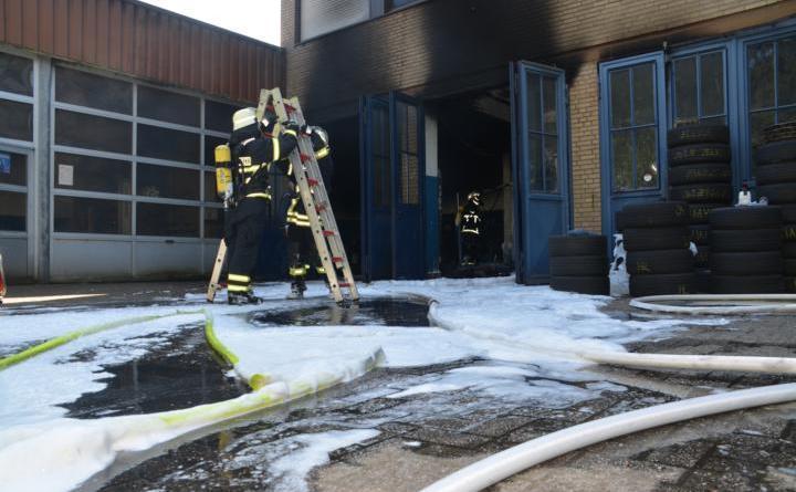 Lingen. Brand eines Autos auf einer Hebebühne in der Rheiner Straße Foto: NordNews.de
