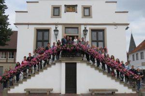 Amerikanische Schüler auf Stippvisite in Lingen -Lingens Zweiter Bürgermeister Stefan Heskamp empfing die Schülerinnen und Schüler der Edgewood High School im Historischen Rathaus und hieß sie in Lingen willkommen. Foto: Stadt Lingen