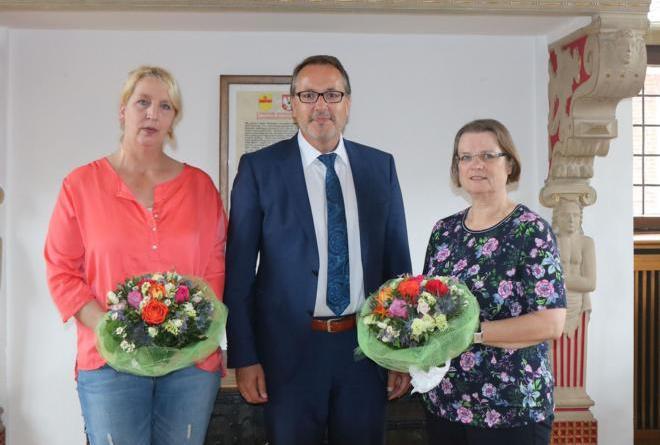 Dienstjubiläen bei der Stadt Meppen - (v. l.) Helene Wachs, Bürgermeister Helmut Knurbein und Rita Moorkamp. Foto: Stadt Meppen