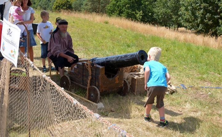 Piraten entern die Geester Seemeile - Junger Pirat entdeckt auf der Geester Seemeile am Speichsee Kanone. Foto: Sarah Abheiden