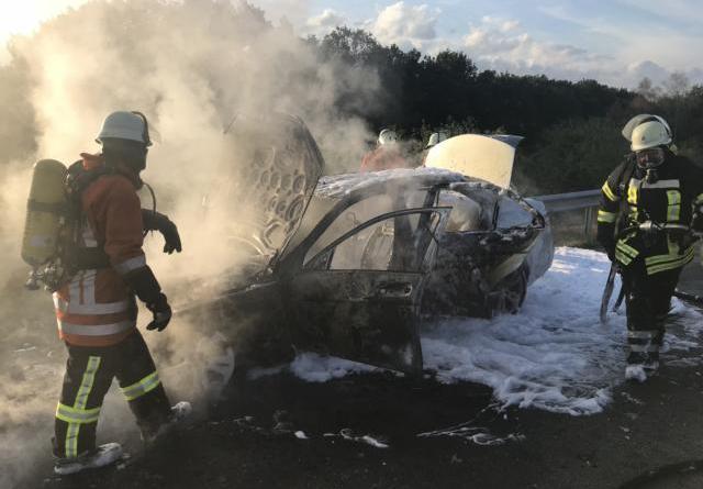 PKW fängt während der Fahrt Feuer – PKW Fahrer bemerkt Rauch auf der Autobahn und fährt die nächste Abfahrt runter. Foto: SG Dörpen / Feuerwehr