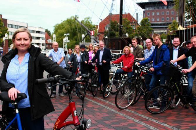 Papenburg, Dörpen und Rhede machen mit – Stadtradeln 2018 startet - Klimaschutzmanagerin Izabela Dulis freut sich zusammen mit den Mitarbeitern der Papenburger Stadtverwaltung auf das Stadtradeln, das am 1. September beginnt. Foto: Stadt Papenburg