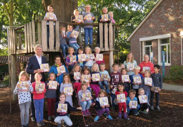 Kinder malen für die Umwelt - Stadt Lingen überreicht Umweltmalbücher an Erstklässler