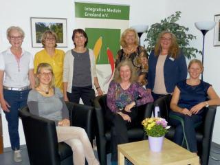 """Meppen und Verein """"Integrative Medizin Emsland e.V."""" beschließen Kooperation (vlnr stehend): Dr. med. Waltraud Krone-Öing (Fachärztin für Anästhesie, Schmerztherapeutin) - Dr.  med. Ingrid Plagwitz (Fachärztin für Augenheilkunde i.R.); Katja  Göpfert (Psychologische Beraterin); Annette Niesel  (Inklusionspädagogin); Christiane Arndt (VHS Meppen –  Fachbereichsleiterin); (vlnr sitzend): Yvonne Matthei (Dipl. Oecotrophologin) Christina Bülow-Sartori (Heilpraktikerin, Vors. Integrative Medizin Emsland e.V.); Marloes Göke (Gesundheitsmanagerin Foto: VHS"""