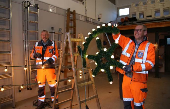 Jahre wieder: Manfred Borgmann und Markus Müller vom städtischen Werkhof kontrollieren Lichterketten und Weihnachtsschmuck Foto: Stadt Haren