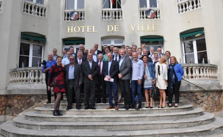 Deutsche und französische Vertreter aus Politik und Verwaltung vor dem Rathaus von Andrésy. Foto: Stadt Haren
