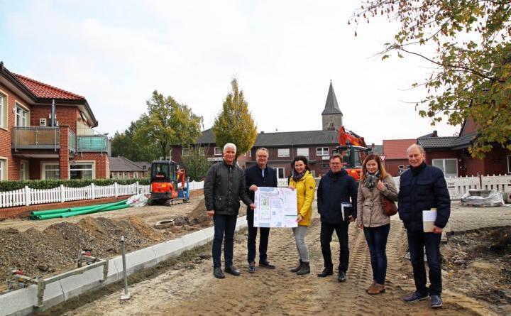 """Der Platz """"Markt"""" wird touristisch aufgewertet. Vertreter von Stadt, Naturpark und ArL stellten die Maßnahme jetzt vor. Foto: Stadt Haren"""