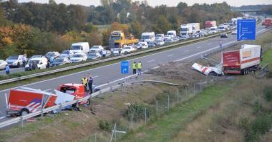 Feuerwehrmann der Feuerwehr Groningen leistet Erste Hilfe - Wagen der Feuerwehr Groningen durch Lkw auf Autobahn zerstört Foto: NordNews.de