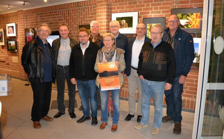 Stellvertretende Bürgermeisterin Anita Bernotat mit den Mitgliedern vom Fotoclub Geeste bei de rAusstellungseröffnung. Der Fotokalender zur Ausstellung ist im Rathaus der Gemeinde Geeste erhältlich. Foto: Gemeinde Geeste
