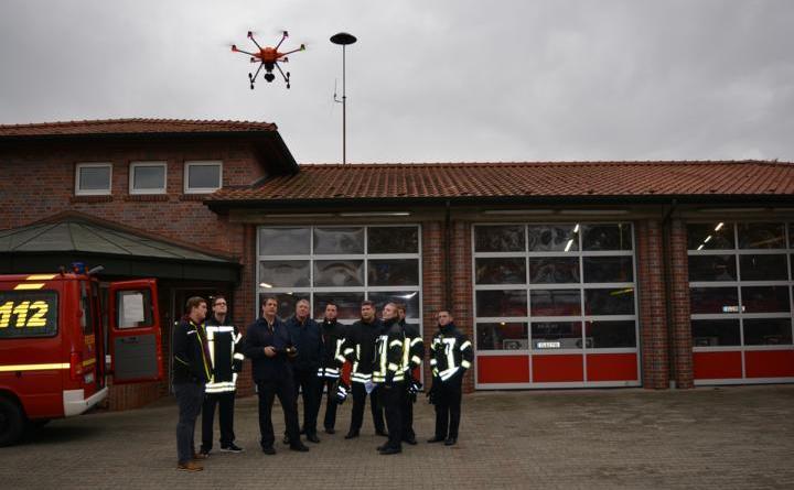 Vertreter der Feuerwehren aus Haselünne und Osterbrock nahmen an der Schulung im Umgang mit Drohnen teil. Foto: Gemeinde Geeste