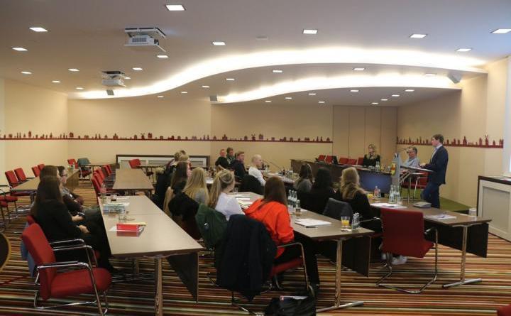 Bildunterschrift: Im Ratssaal bekamen die Schülerinnen und Schüler unter anderem einen Einblick in eine praktische Verwaltungsprüfung. Foto: Stadt Meppen