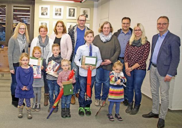 Bürgermeister Markus Honnigfort (re.) und Jana Wolter (2.v.r) mit Gewinnerkindern, deren Eltern und Geschwistern nach der Preisübergabe im Ratssaal. Foto: Stadt Haren