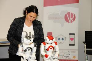 """Jana Tessmer von der Jade Hochschule, Oldenburg, stellt im Workshop Roboter """"Nao"""" vor. (Foto: Landkreis Emsland)"""