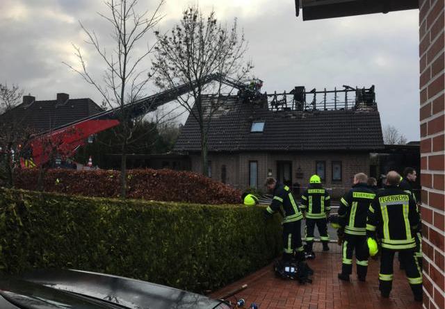 Anstrengende Einsätze hatten die Feuerwehrleute an Silvester und Neujahr in Papenburg zu leisten: Bei einem Wohnhausbrand in der Straße An der Beeke waren rund 80 Kameraden in der Silvesternacht und noch einmal vom Morgen bis in den späten Mittag am Neujahrstag gefordert. Foto: Stadt Papenburg
