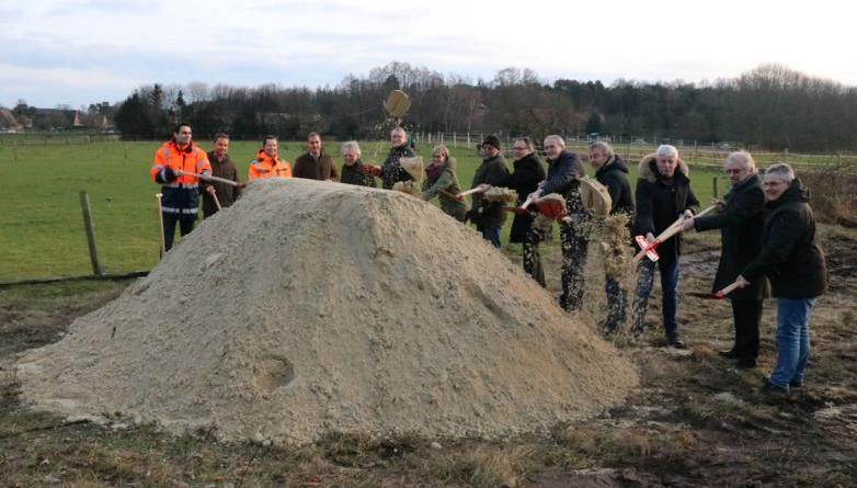 Die Beteiligten beim ersten symbolischen Spatenstich zur Erschließung des Baugebietes Kuhweide. Foto: Stadt Meppen