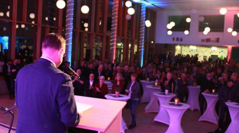 500 Gäste konnte Papenburgs Bürgermeister Jan Peter Bechtluft bei seinem Grußwort zum Neujahrsempfang 2019 in der Heinrich-von-Kleist-Schule begrüßen. Das sind fast doppelt so viele Besucher wie im Vorjahr. Foto: Stadt Papenburg