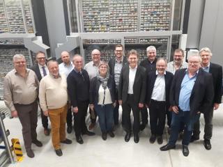 Hans Kramer erläuterte den Mitgliedern des WGA sowie Oberbürgermeister Dieter Krone und Ludger Tieke (Leiter der Wirtschaftsförderung) den Kommissionierautomaten der Apotheke. Foto: Stadt Lingen