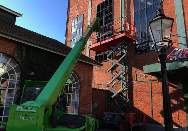 Auf einer Arbeitsbühne in rund sieben Metern Höhe arbeiten Ingo Schulte und seine Kollegen derzeit an der Kesselschmiede. Bei bestem Wetter wurden dort auch am Mittwoch die Scheiben und der Stahlgitterrahmen der Fenster erneuert. Die Arbeiten sollen noch bis Mitte März dauern. Foto: Stadt Papenburg