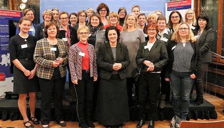Die Leiterinnen der KoStellen und Vorsitzende der regionalen Unternehmensverbünde kamen in Hannover zusammen. Sozialministerin Carola Reimann (vorne, Mitte) empfing sie. (Foto: Sozialministerium)