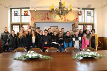 Im historischen Ratssaal trafen die Schüler auf Stadtgeschichte – zum Anschauen und zum Anhören. Stellvertretender Bürgermeister Jochen Hilckmann gab einen kurzen Einblick. Foto. Stadt Meppen