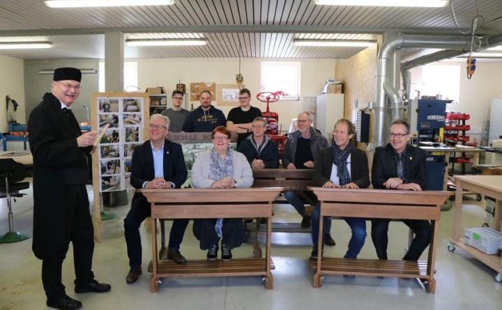 In der Bildungswerkstatt auf Gut Kellerberg trafen sich alle Beteiligten gemeinsam mit Schulmeister Karl-Heinz Stahl zu einem ersten Probesitzen. Einstimmige Bewertung: Note 1! Foto: Stadt Meppen