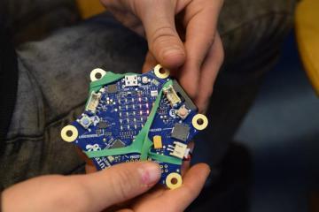 Die Sternenförmige Platine besitzt viele Sensoren und Anschlüsse. Foto: Stadt Papenburg