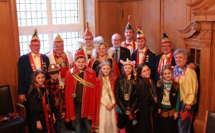 Erster stellvertretender Bürgermeister Heiner Butke (Mitte) begrüßte am Montag das neue Kinderprinzenpaar des PCV, Simon II. und Fenja I. (vorne Mitte). Begleitet wurden die neuen Hoheiten vom amtierenden Prinzenpaar Thomas I. und Anja I. Kuhlmann (sechste und sieben von links) und weiteren Vertretern sowie von PCV-Präsident Wolfgang Heyen (hinten Mitte). Foto: Stadt Papenburg