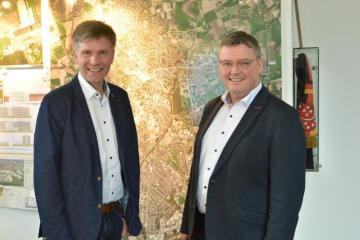 Das Foto zeigt Gronaus Bürgermeister Rainer Doetkotte (links) mit Nordhorns Bürgermeister Thomas Berling. Foto: Stadt Nordhorn